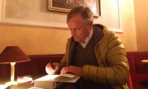 Axel Hacke signiert nach der Lesung im Münchner Lustspielhaus seine Bücher.